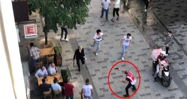 Taksim'de Afganistan ve Pakistan uyruklu kişiler kesici aletlerle birbirine girdi! Olay anı kameraya yansıdı