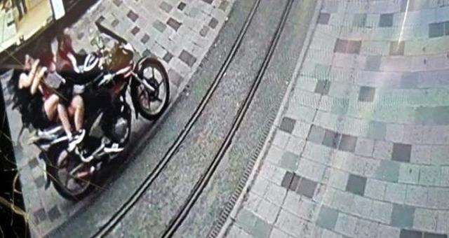 Motosikletiyle kalabalığın arasına dalan sürücü, iki turistin yaralanmasına sebep oldu