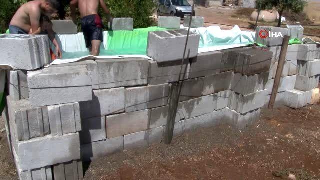 Çocukları sıcaktan bunalan baba evinin önüne seyyar havuz yaptı