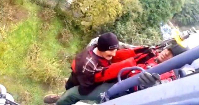 Samsun'da, sağanak nedeniyle mahsur kalan 17 kişinin kurtarılma anı kamerada