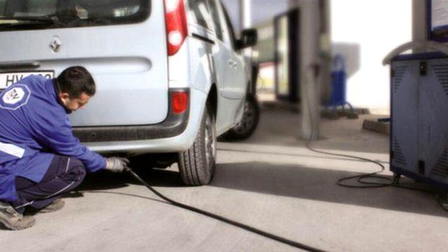 Çevre ve Şehircilik Bakanlığınca, egzoz gazı emisyon ölçümü yaptırmayan 1 milyon 931 bin 125 araç sahibi önce uyarılacak, uyarılara rağmen egzoz muayenesini yaptırmayanlara ve standartlara uymayanlara para cezası uygulanacak.   Sungurlu Haber