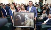 İmamoğlu, görevden alınan HDP'li belediye başkanına, kayyumun İBB'den indirdiği Atatürk portresini hediye etti