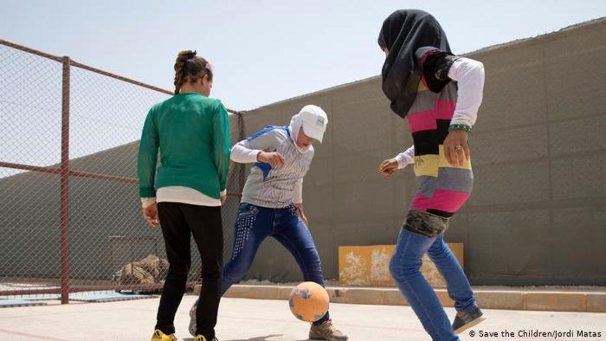 Taraftarlar Suriyeli çocuklara futbol ayakkabısı bağışladı