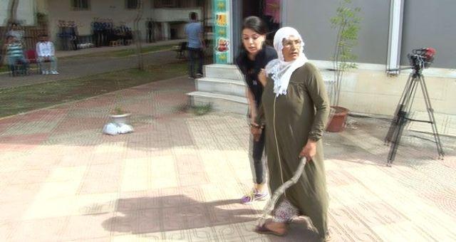 HDP önündeki eylemde gerginlik! Eline aldığı cisimle binaya saldırmaya çalıştı