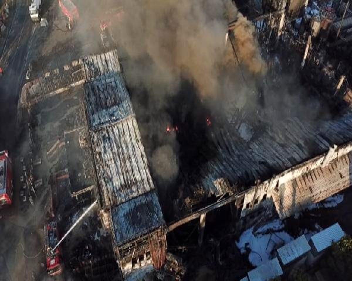Tuzla'da yanan fabrika soğutma çalışmaları havadan görüntülendi