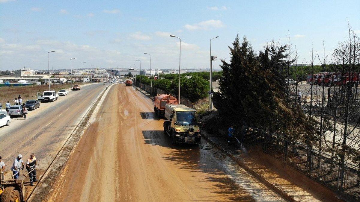 Tuzla'da fabrika yangınının ardından temizlik çalışmaları başladı