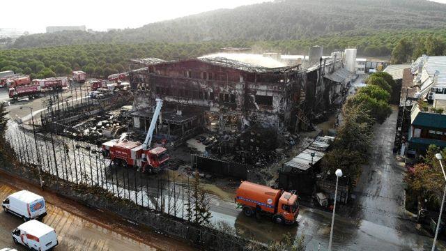 Tuzla'da yanan fabrikadaki hasar havadan görüntülendi