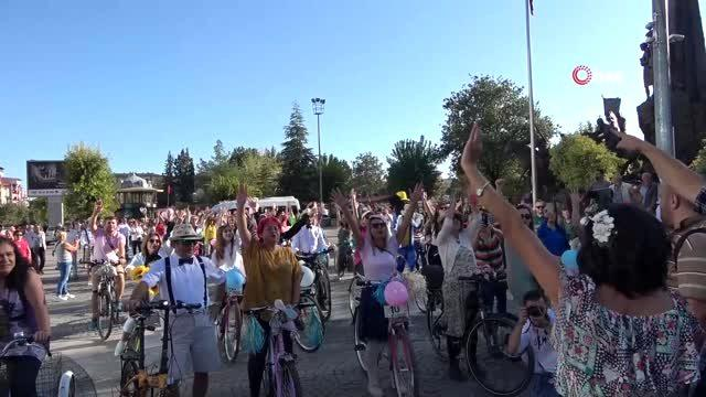 Uşakta ilk kez 'Süslü Kadınlar Bisiklet Turu' gerçekleştirildi