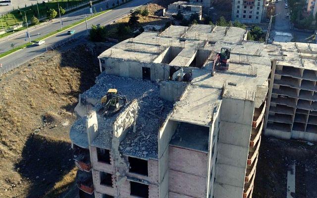 Binlerce kişiyi mağdur eden 'intihar binaları' yıkılıyor