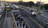 Altunizade metrobüs durağında yaşanan yoğunluğa İBB turnikelerin yerini değiştirerek çözüm buldu