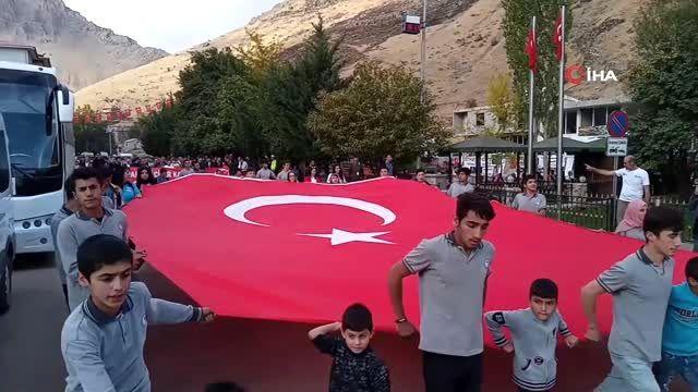 Bahçesaray'da sporculardan Mehmetçiğe asker selamı