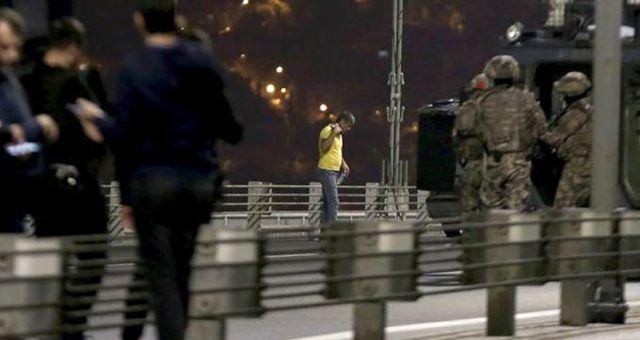 15 Temmuz Şehitler Köprüsü'nde elindeki silahla yolu kesen şahıs, metrelerce araç kuyruğu oluşturdu