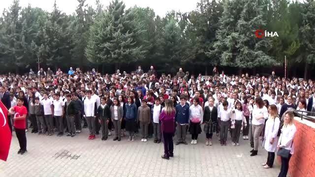 Bin 380 öğrenci aynı anda asker selamı vererek Barış Pınarı'na destek oldu