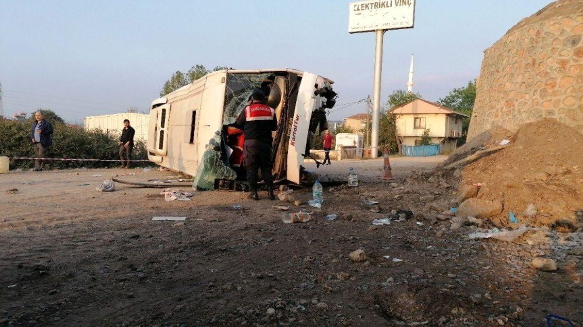 Kocaeli'de işçileri taşıyan midibüs 6 metre yükseklikten uçtu: 1'i ağır 6 yaralı