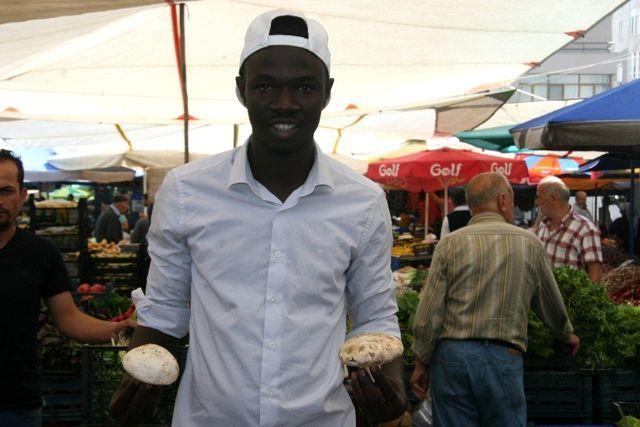 (Özel) Denizli'de, Gine-Bissaulu pazarcı gencin hikayesi