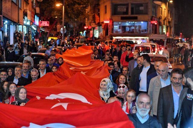 Beyoğlu'nda dev Türk bayrağı ile Cumhuriyet yürüyüşü