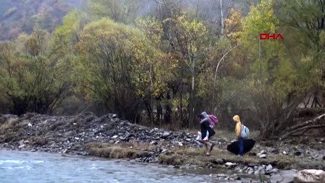 Bingöl dağları aşıp, sulardan geçerek çocuklarını servise ulaştırıyor - -1