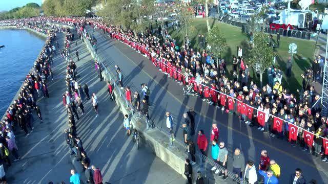 Kadıköy'de 6.5 kilometrelik 'ata'ya saygı zinciri
