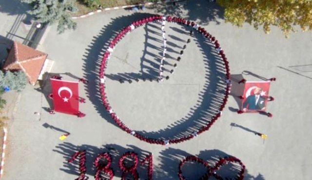 Öğrenciler koreografi ile Atatürk'ü andı