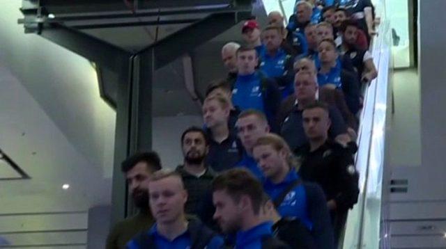 A Milli Takım, İzlanda oynayacağı maç için gittiği İzlanda'da 1,5 saat pasaport kontrolü için bekletilmiş, Emre Belözoğlu'na mikrofon diye fırça uzatılmıştı. Türkiye ise aynı çirkin uygulamayı İzlanda Milli Takımı'na yapmadı. İzlanda kafilesi İstanbul Havalimanı'nda beklemeden geçti ve kalacakları otele hareket etti. | Sungurlu Haber