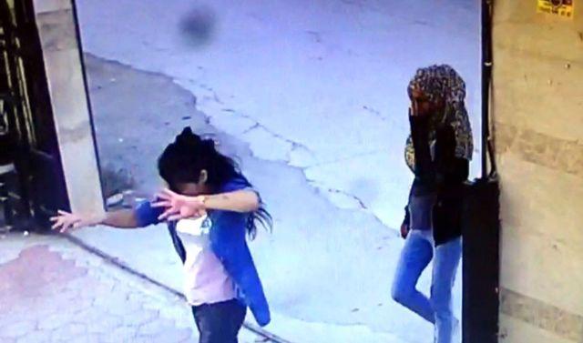 Üç genç kız dans ederek girdikleri siteyi soydular