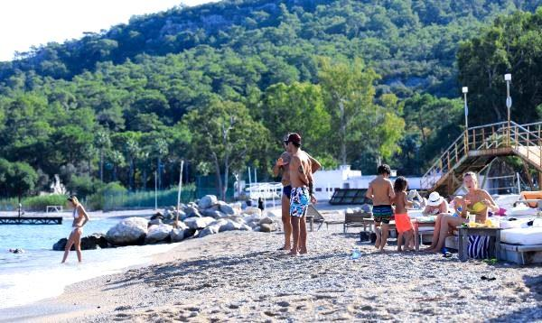 Antalya sahilleri ara tatilde hareketlendi