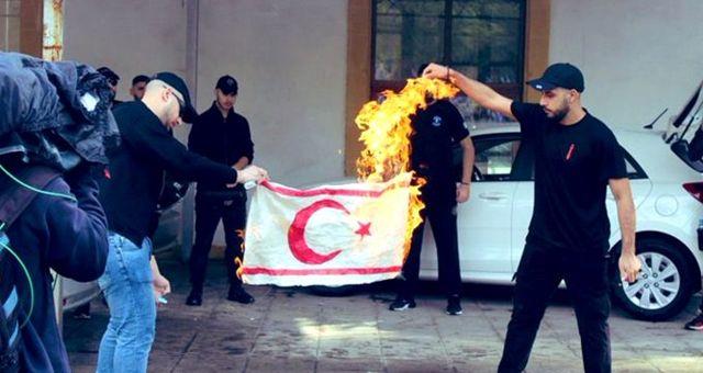 Rumlardan skandal hareket! Irkçı eylemde KKTC bayrağı yakıldı