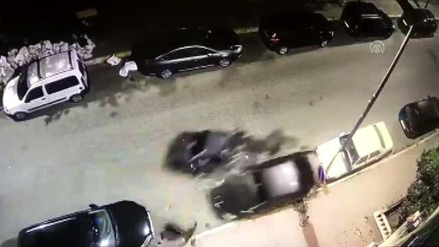 İstanbul'da polisten kaçan otomobil devrildi: 2 yaralı (2)