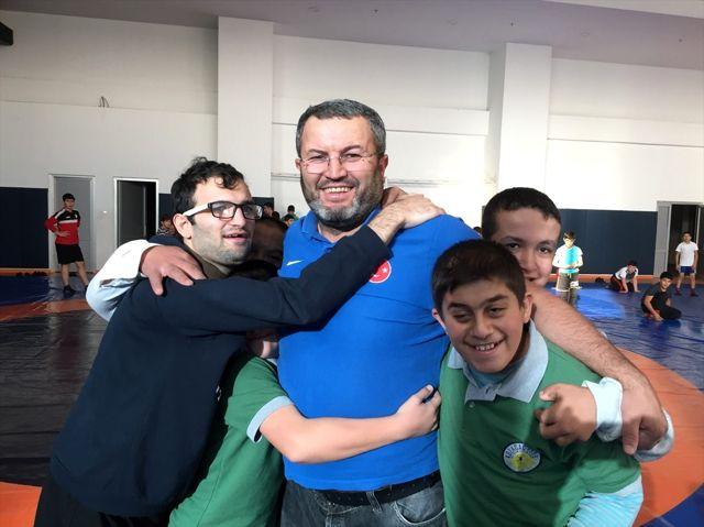 Engelli öğrencilerini şampiyonlukla hayata bağlıyor