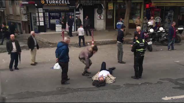 Beyoğlu'nda motosikletin çarptığı kişi yaralandı