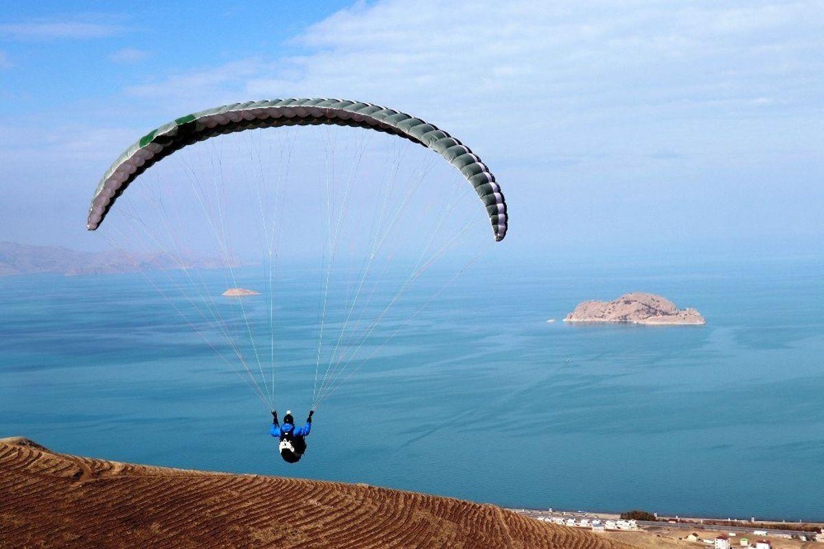 Gevaşlı çocuklar ve gençler ilk defa paraşütle uçtu
