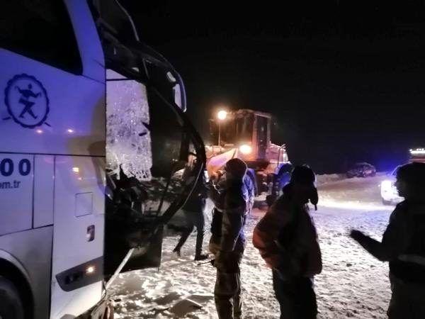 Sivas'ta yolcu otobüsü, kar küremesi yapan iş makinesiyle çarpıştı: 1 ölü