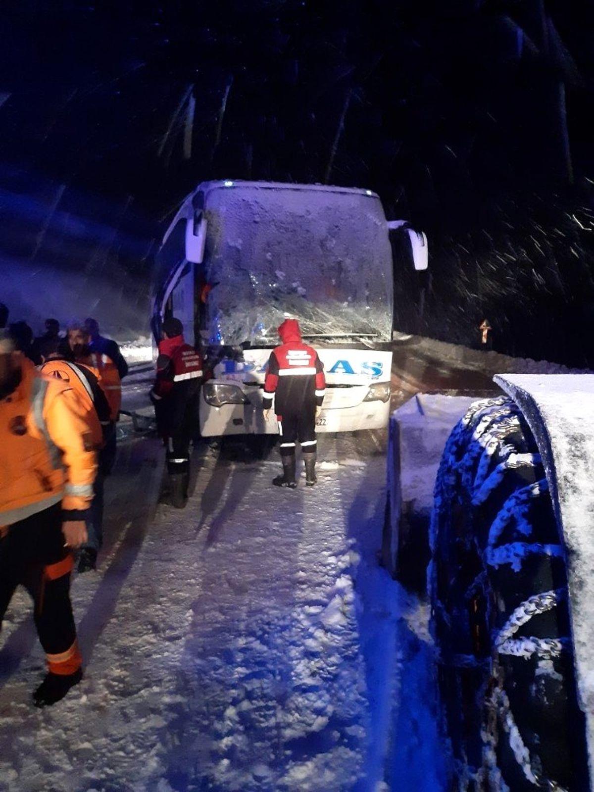 Yolcu otobüsü kar küreme aracıyla çarpıştı: 1 ölü