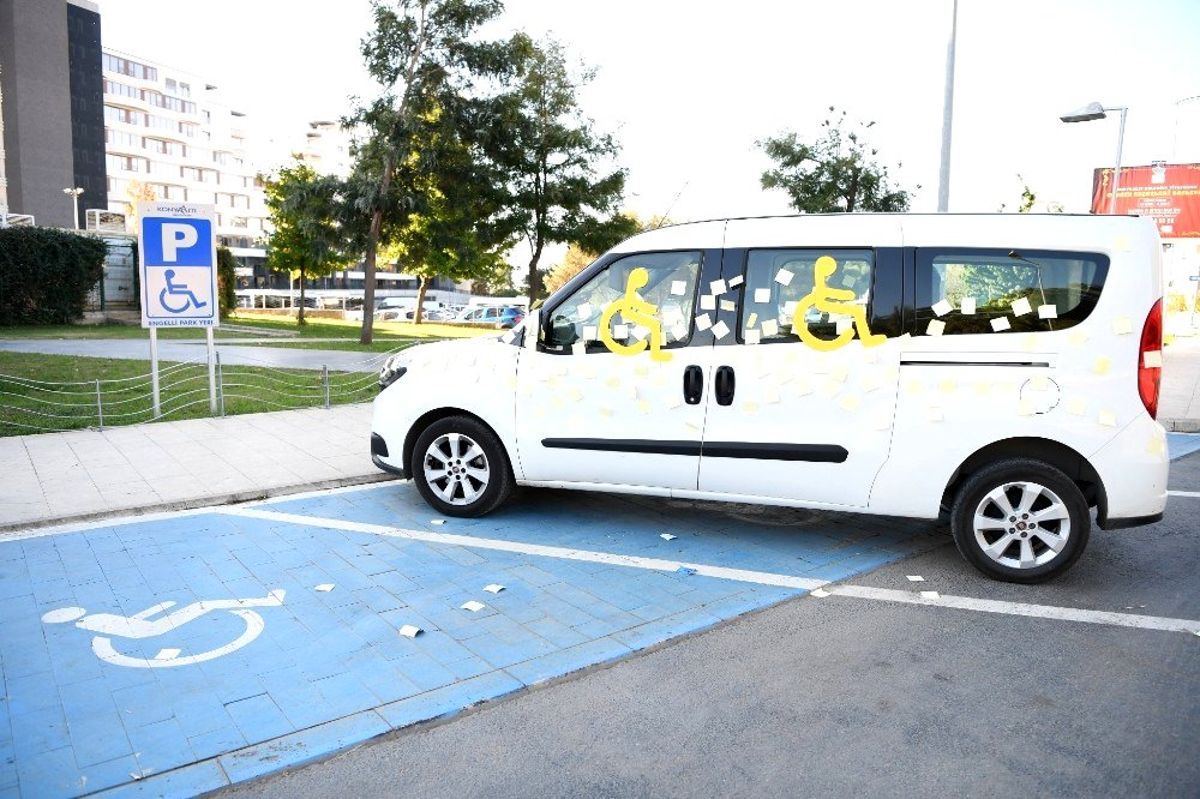 Miniklerden engelli yerine park eden araca ilginç ceza