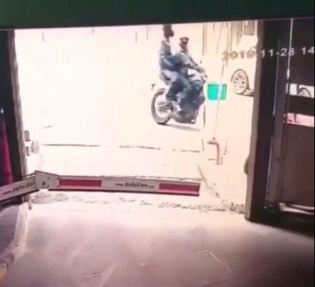 (Özel) Mecidiyeköy'de kasklı hırsızlar, motosikleti güpegündüz çaldı