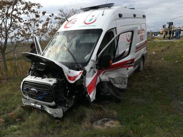 Silivri'de hasta taşıyan ambulansla otomobil çarpıştı
