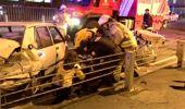 Bariyerlere çarpan otomobil parçalandı 1'i ağır 2 yaralı