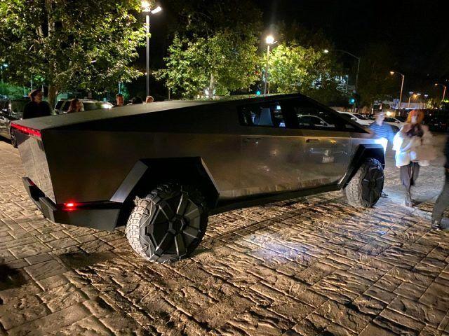Elon Musk, yeni oyuncağı Cybertruck ile sokaklarda görüntülendi