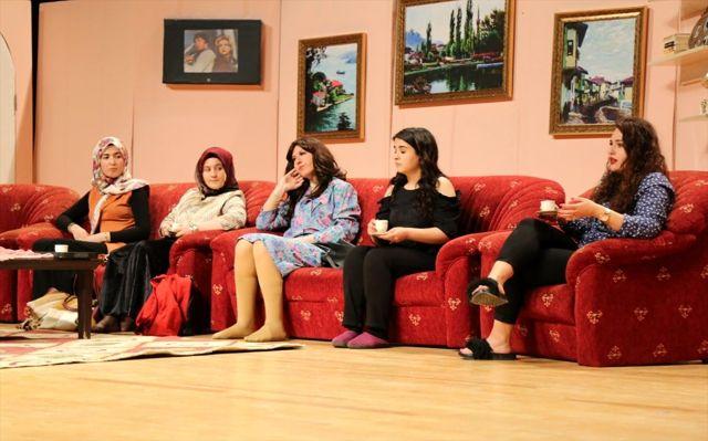 Kütahya'da üniversite öğrencileri tiyatro oyunu sahneledi