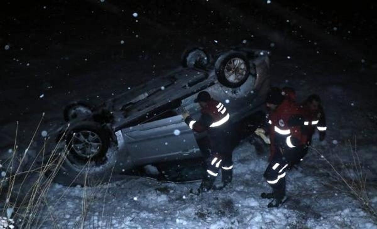 Hafif ticari araç karlı yolda şarampole devrildi