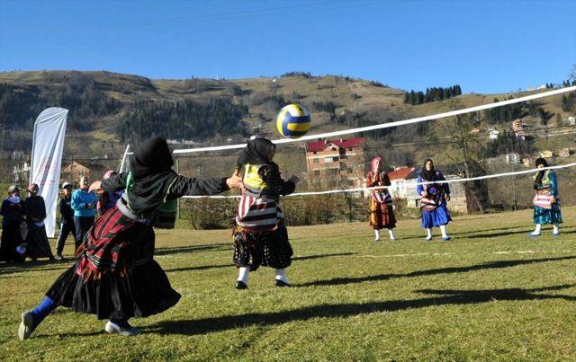 Karadenizli kadınlar yöresel kıyafetlerle voleybol turnuvasına katıldı