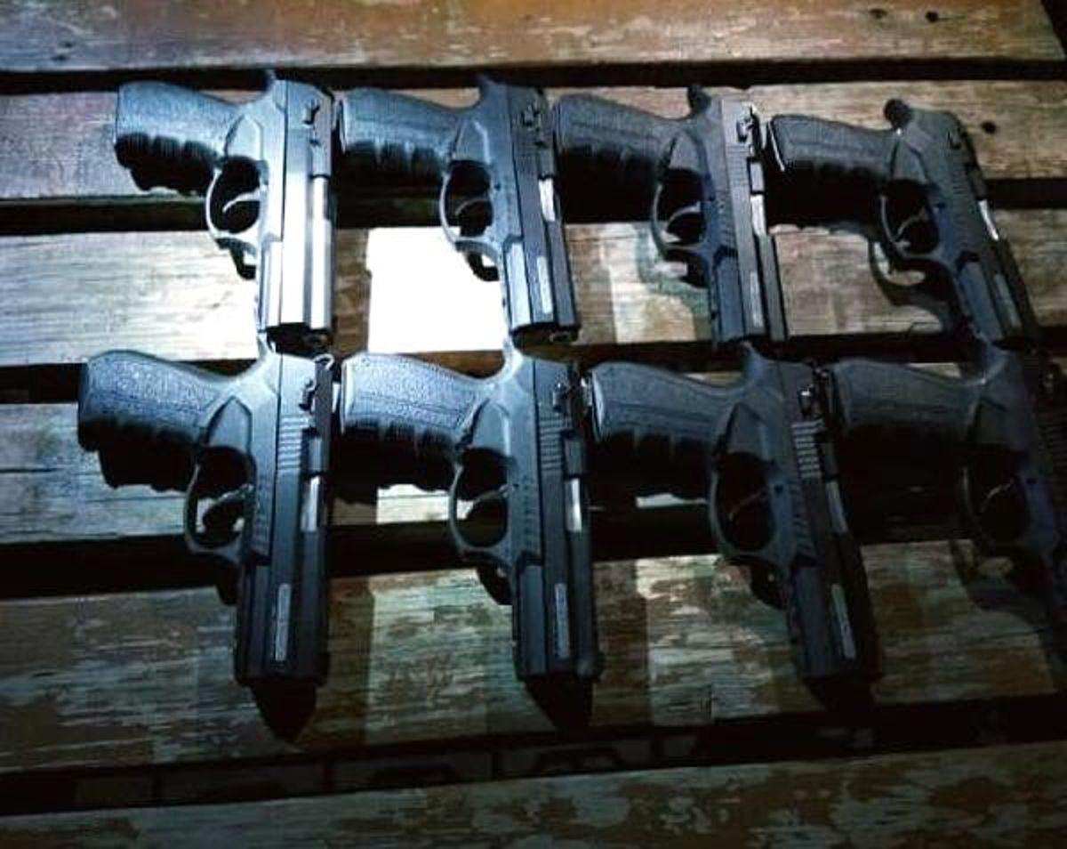 Polisin kovalamacasıyla durdulan araçtan 8 tabanca çıktı