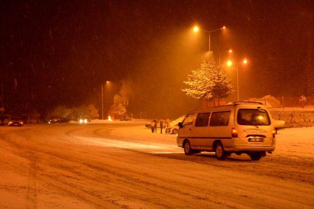 Zigana Geçidi'nde kar yağışı ulaşımı olumsuz etkiliyor