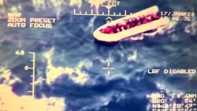 Sahil Güvenlik, 22 düzensiz göçmeni botları batmadan kurtardı