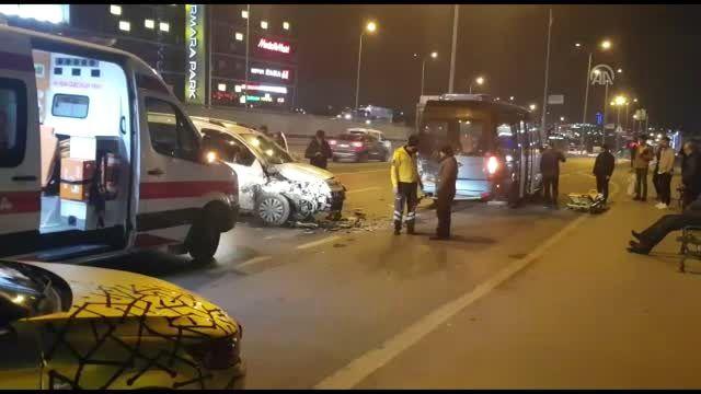 Minibüsle hafif ticari aracın çarpışması sonucu 2 kişi yaralandı