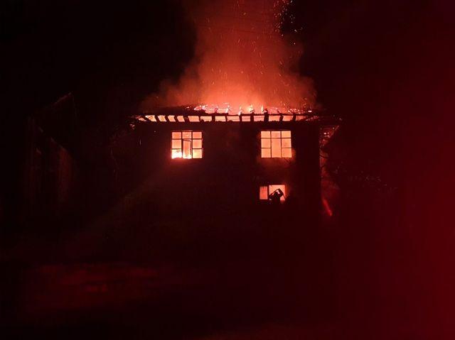 Düzce'de ahşap ev yandı