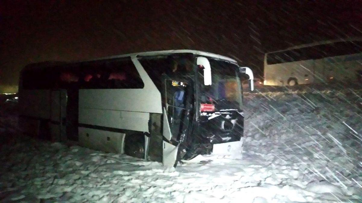 Genç futbolcuları taşıyan otobüs yoldan çıktı: 7 yaralı
