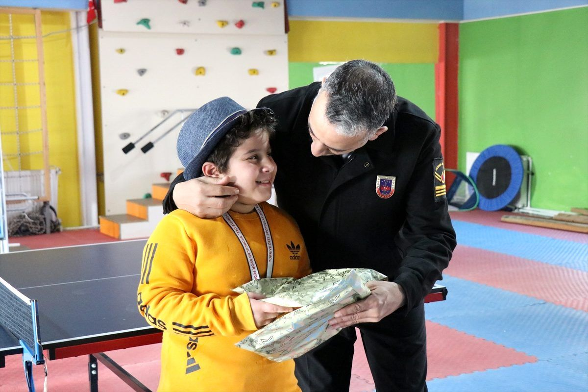 Düzce'de jandarma ekibi, ödül kazanan otizmli sporcuları ziyaret etti