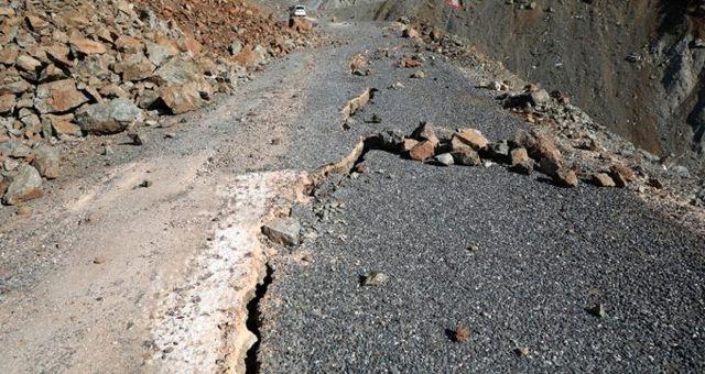 Depremin şiddetini gözler önüne seren görüntüler! Asfalt yollarda derin ve uzun çatlaklar oluştu