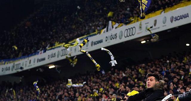 Fenerbahçeli taraftarlar maç sonunda atkılarını sahaya attı!